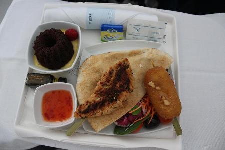 Business Class Imbiss vor der Landung: Pitatasche mit Tierfutter (Salate), dazu H�hnchenspie�, gebackerner Ziegenk�se, scharfe s��-saure So�e und Kuchen auf Pudding.