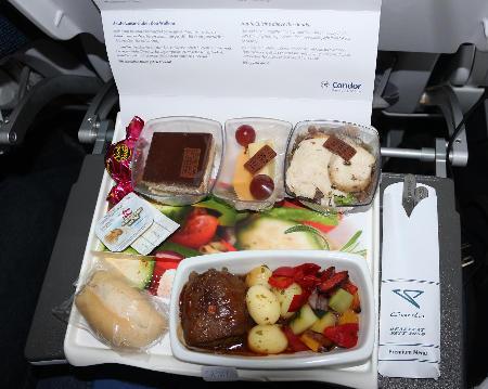 Hauptgricht R�ckglug, Premium Economy: Rinderroulade mit gegrilltem Gem�se und Mini-Kartoffeln, dazu H�hnchenbrust auf Linsensalat sowie K�se und Kuchen.
