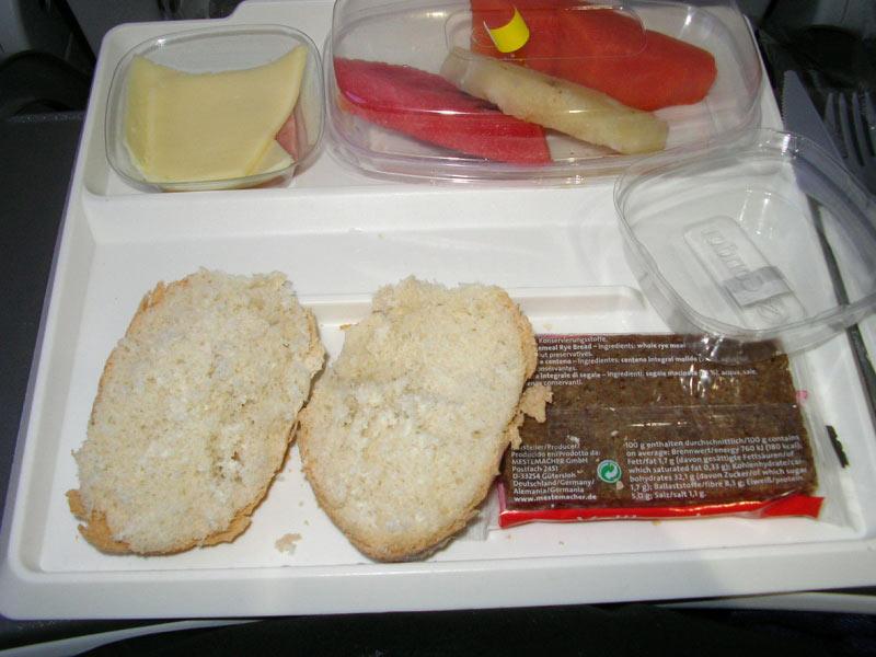 Fr�hst�cknach 7 Stunden Flug: Das Fr�hst�ck   2 kleine Fetzen K�se ein noch kleineres Fetzchen Wurst, keine Butter