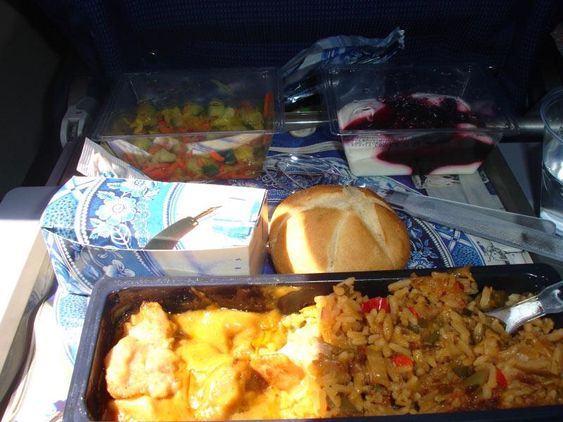Z.B. H�hnchen mit Reis in einer leckeren Sauce dazu ein Salat und eine Nachspeise. In der Schachtel Kr�cker mit K�se und Butter und noch ein Br�tchen wenn man da nicht satt wird....