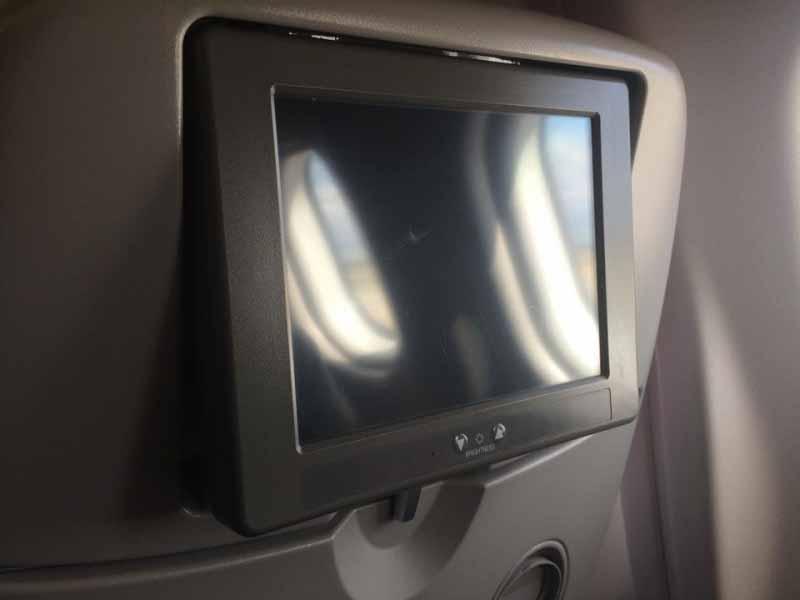 Der veraltete Bildschirm. Die Fernbedienung war in der rechten Armlehne
