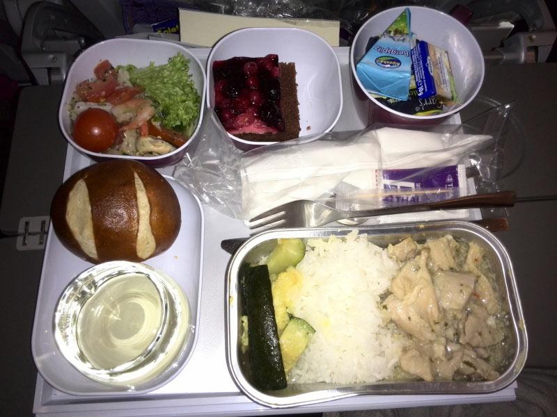 Seafood-Salat (kalte Vorspeise) H�hnchen mit Reis und Gem�se Br�tchen mit K�se und Butter Kuchen zum Nachtisch und Wein