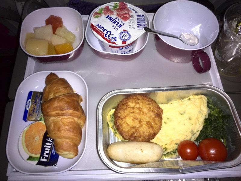 Obstsalat Joghurt Croissant Omelette mit Wei�wurst und Kartoffelr�sti Tee/Kaffee