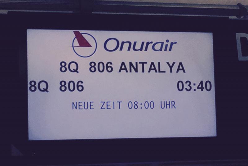 Planm��ig war 03:40  Uhr, angezeigt 08:00 Uhr, tats�chlich dann aber nach 09:00 Uhr die Abflugzeit