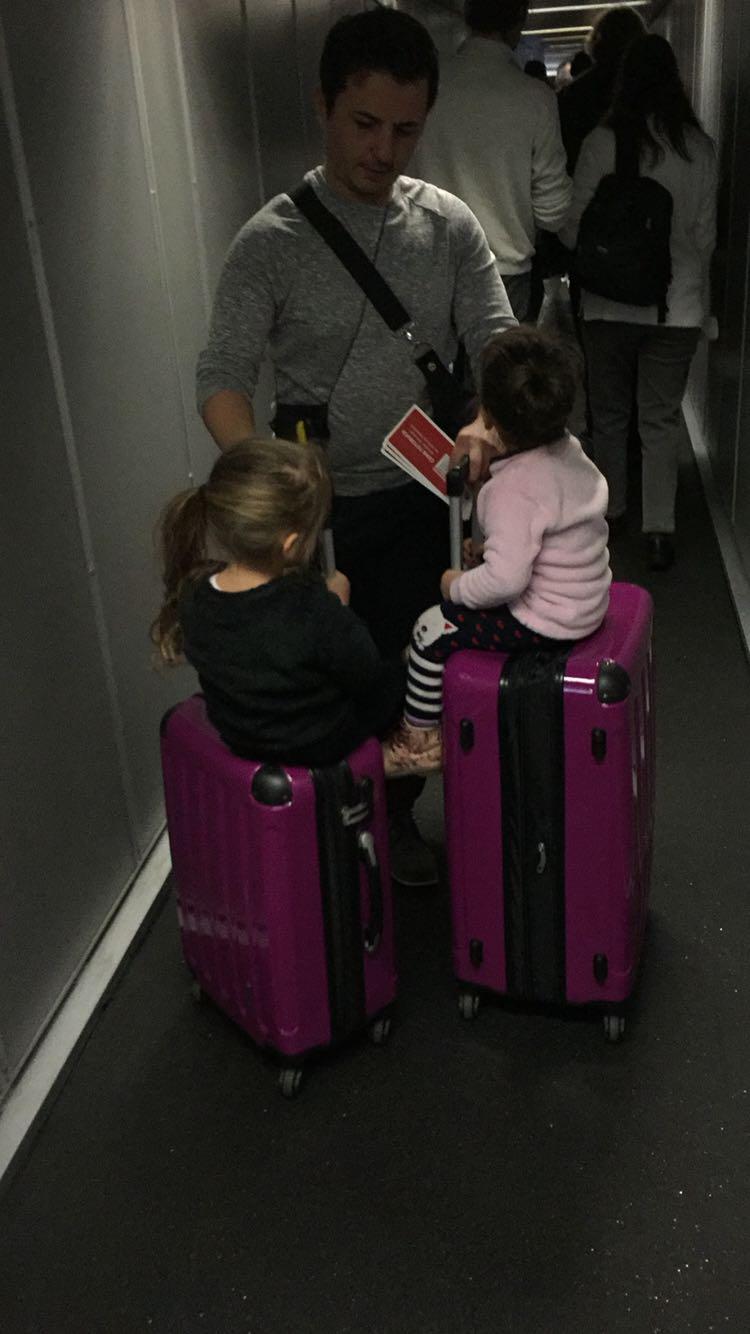 Weil die unsere anderen beiden Koffer nicht Einchecken konnten mussten wir unsere 2 von 3 Koffer mit ins Flugzeug nehmen durch den Fehler von Sun express Haarsprays und alle flüssigen Sachen aus den Koffern entfernen und entsorgen