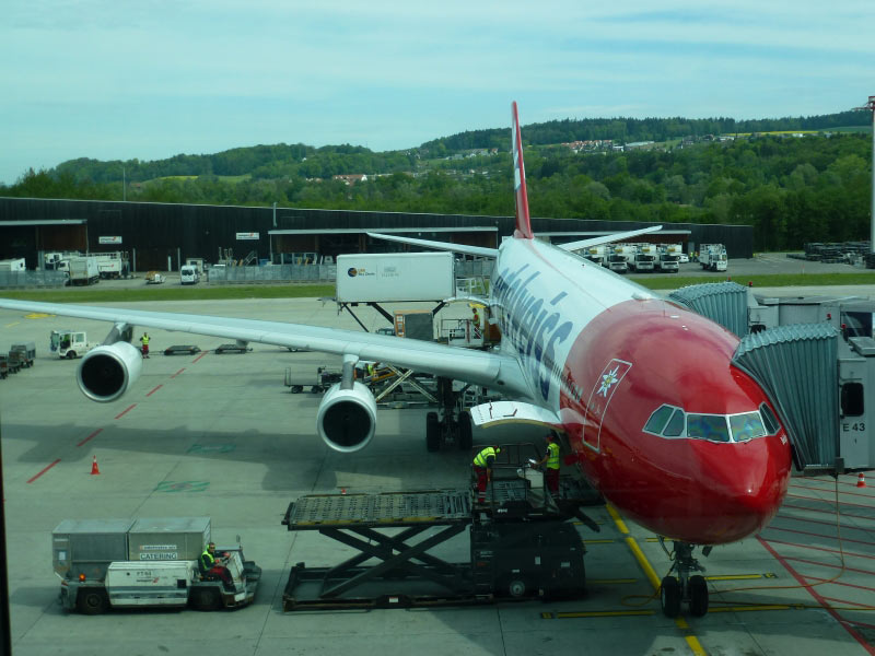 Z�rich Flughafen Airbus 343-300 von Edelweiss