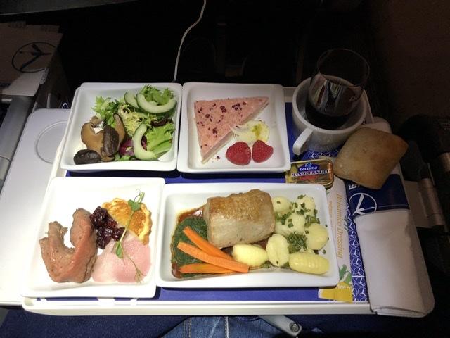1. Mahlzeit von Warschau nach Singapore.
