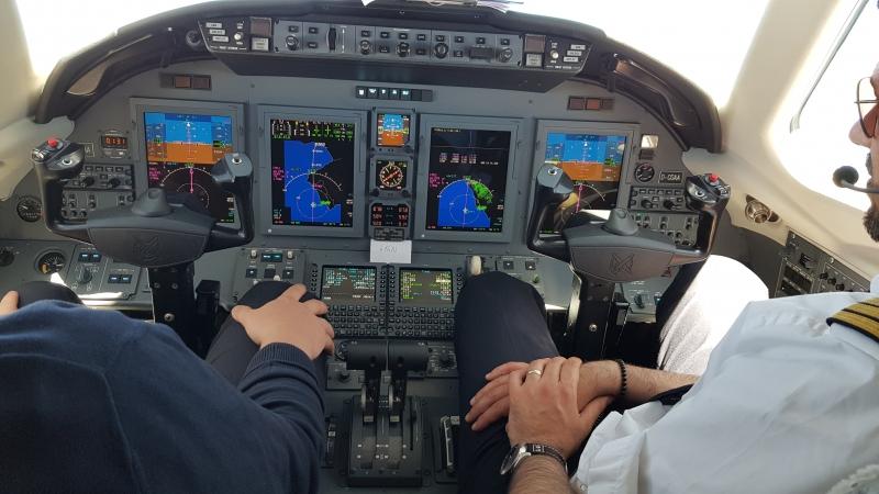 Blick ins Cockpit, bei einem 8-sitzigen Privatjet immer einsehbar.