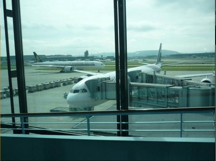 THAI A346 im Background ein SQ B773 :-)