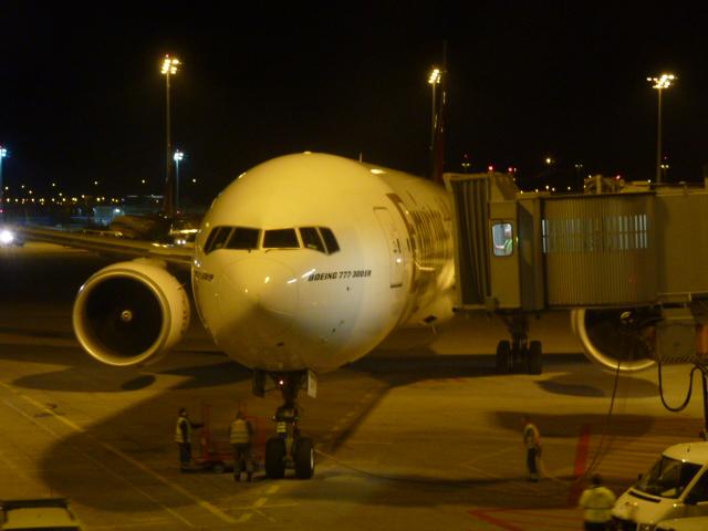 Die Boeing 777-300ER beim Andocken in M�nchen, mit der Registration A6-EGA.