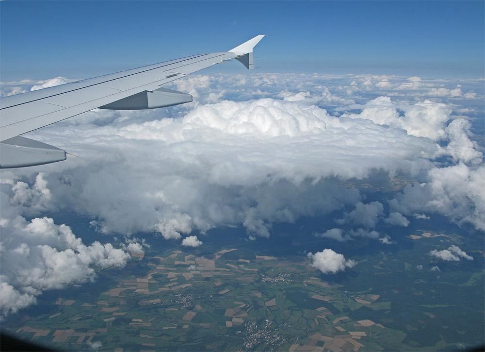Tolle Wolken-Bilder w�hrend des kurzen, aber sehr sch�nen Fluges.