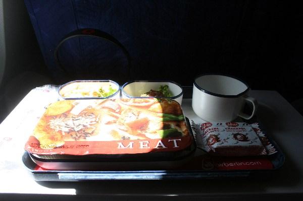 Warme Mahlzeit mit Salat und Dessert