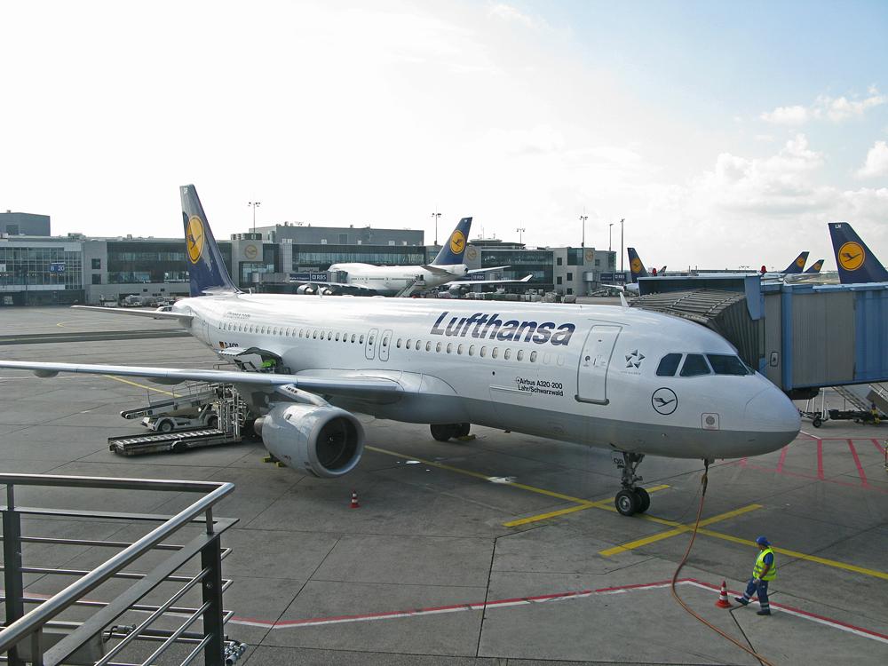 Der Airbus A320-200 (D-AIQR) Lahr/Scwarzwald am Gate A11 in Frankfurt (Main)