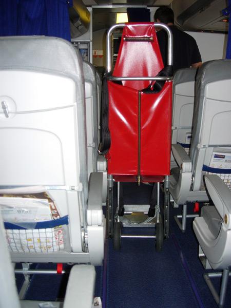 Lufthansa sagte mir, dass ein Bordrollstuhl zu gross sei, um durch die G�nge zu kommen. Wie auf dem Bild zu sehen ist, passte der Transferrollstuhl des DRK sehr wohl durch den Gang.