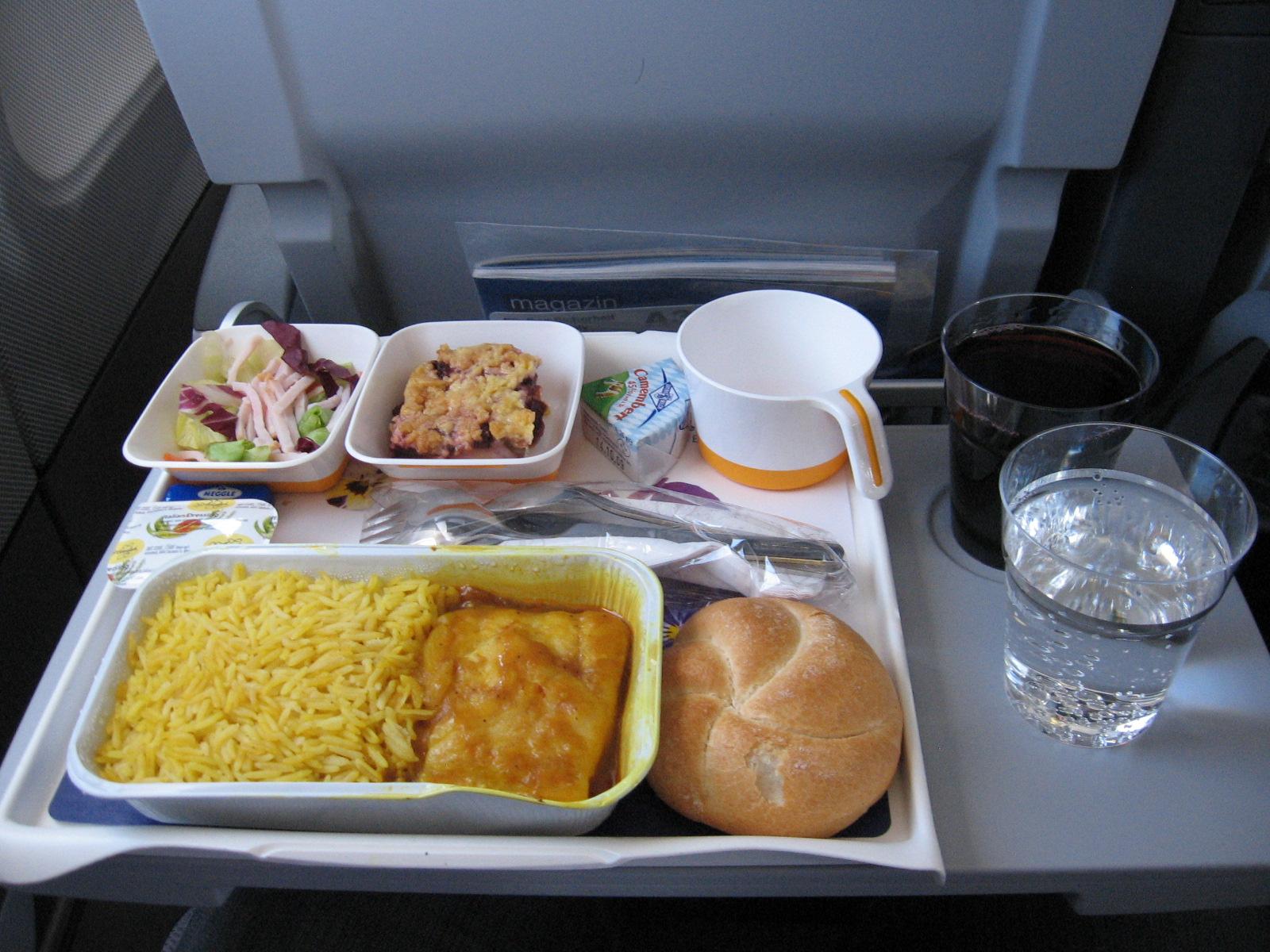 Mahlzeit auf dem Flug von Frankfurt nach Abu Dhabi in der Economy Class (Wahl: Pangasius-Filet)