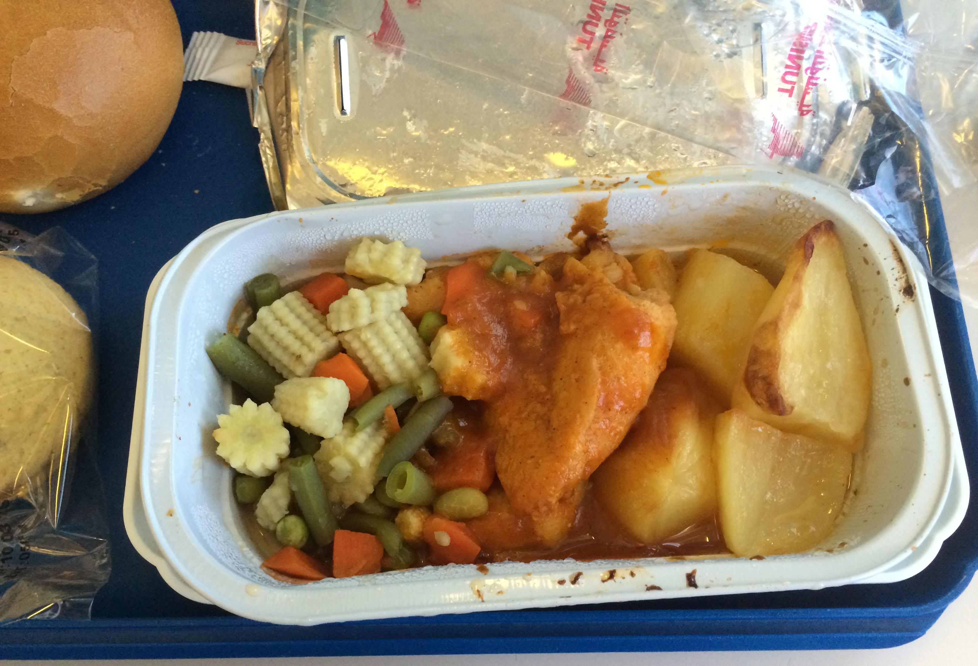 So sieht das Essen dann ge�ffnet aus. Ein Mix aus Putenfleisch, Gem�se, Kartoffeln und So�e.