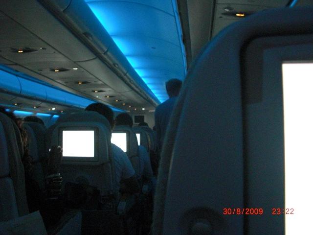 Die Lichter �nderten sich gelegentlich von blau, �ber rot nach gr�n und so weiter. Jeder hatte seinen eigenen Touchscreen-Bildschirm.
