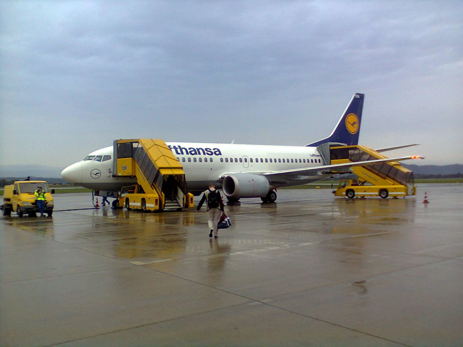 Die in die Jahre gekommene 737- 300 ohne Namen.